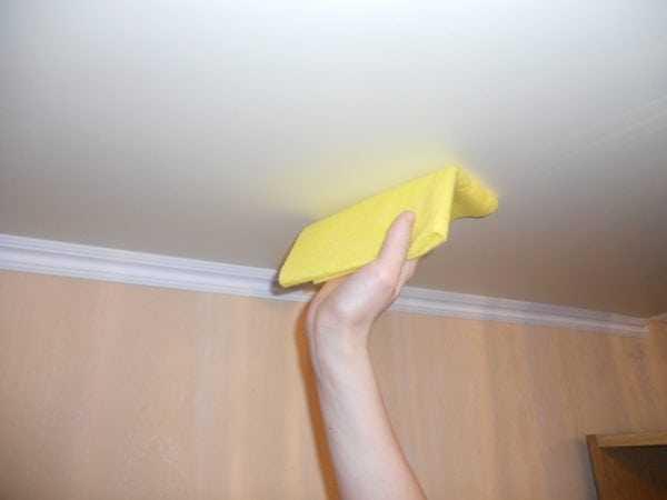 Мытье потолка от водоэмульсионной краски