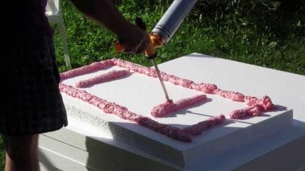 Склеивание пенопласта с помощью монтажной пены