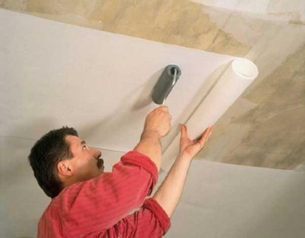 Наклейка стеклообоев на потолок