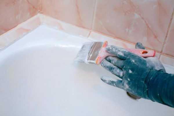 Чугунные ванны лучше окрашиватьэмалью с помощью кисти