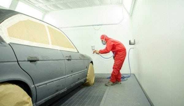 Нанесение грунтовки на автомобиль распылителем