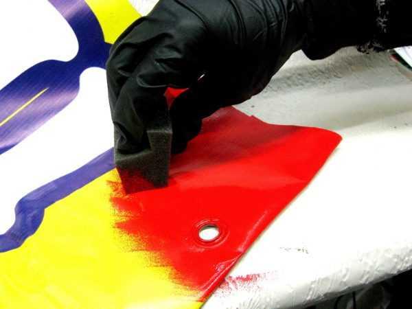 Нанесение краски на кожу поролоновым тампоном