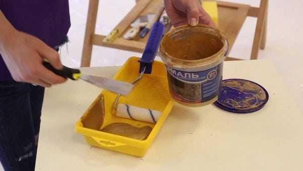 Нанесение на стены краски с эффектом трещин
