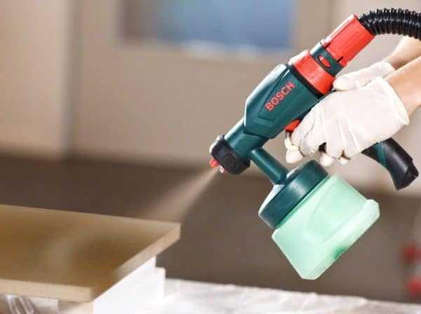 Использование пневмораспылителя для нанесения лака