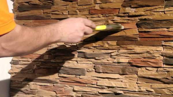 Нанесение морилки на декоративный камень