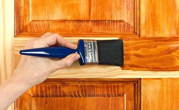 Нанесение морилки на дверное полотно