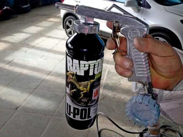 Нанесение краски Раптор обычно осуществляется автоматическими способами