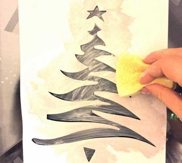Нанесение новогоднего рисунка на окно с помощью губки