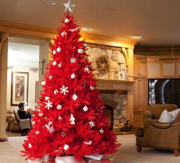 Новогодняя елка красного цвета