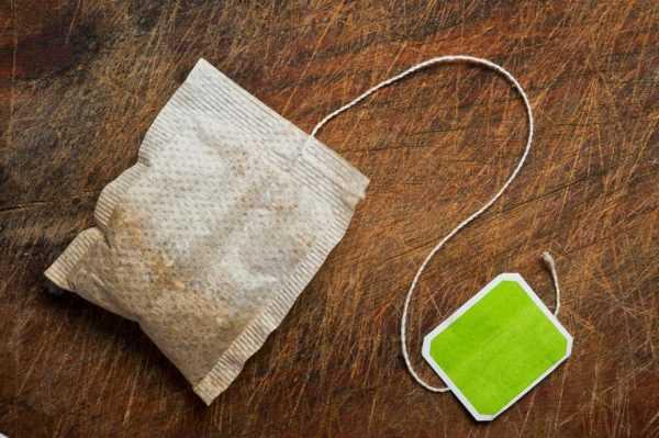 Обработать царапины на деревянной поверхности можно пакетиком чая