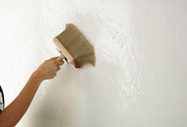 Стены обрабатываем грунтовкой
