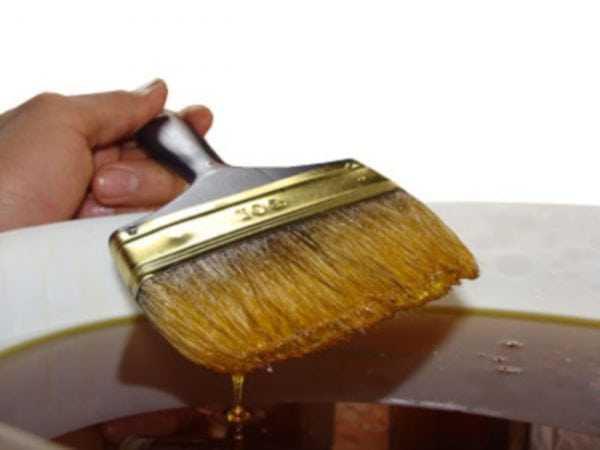Кисточкой наносим на древесину масло