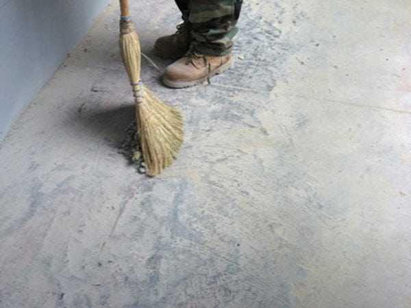 Предварительное очищение пола перед работай над ним