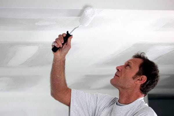 Окрашивание потолка акрилатной краской