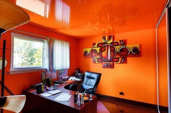 Оранжевые стены и потолок в кабинете