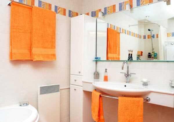 Оранжевый акцент в ванной