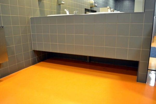 Оранжевый эпоксидный пол в ванной комнате