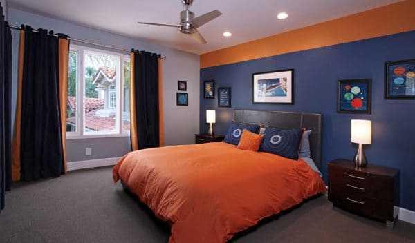 Оранжевый и синий в интерьере спальни