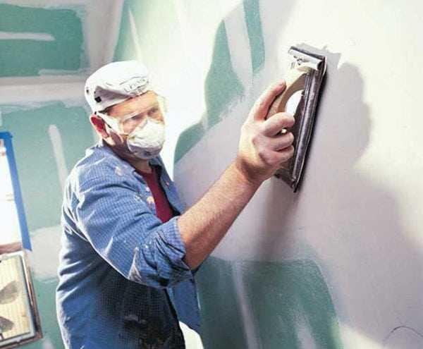 Старую краску необходимо обработать шкуркой для увеличения адгезии