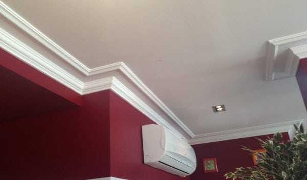 Широкий плинтус следует использовать для высоких потолков