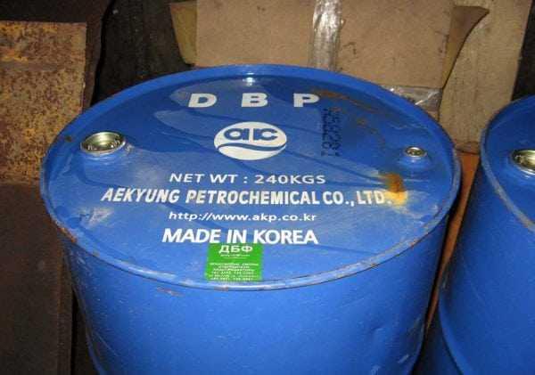 Для полимеризации смол при повышенной температуре используется отвердитель на основе дибутилфталата