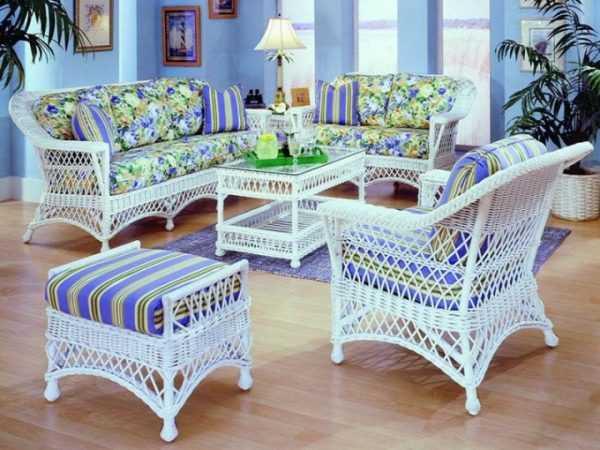 Плетеная мебель в голубом интерьере