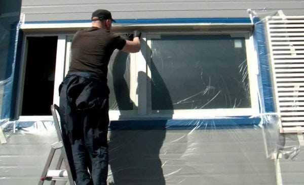 Перед покраской окно нужно заклеить стекла