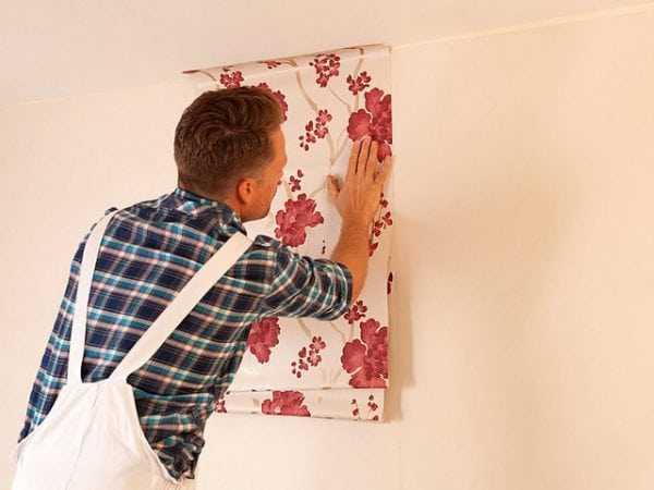 Наклеивание обоев на стену покрытую водоэмульсионной краской
