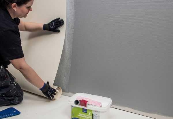 Для оклейки стен стеклообоями нужно специальное клеющее средство