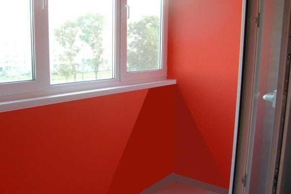 В красный цвет выкрашен балкон