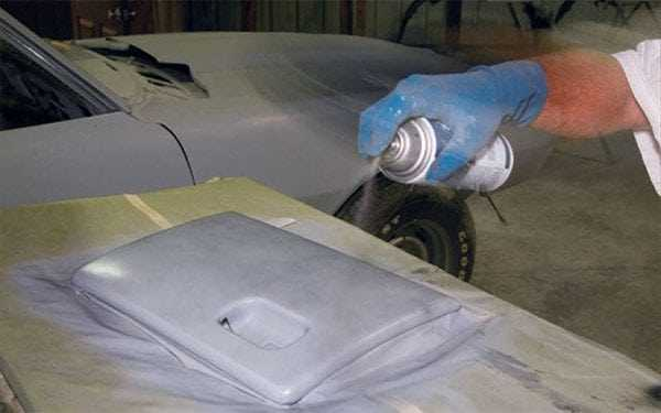Нанесение грунтовки на детали автомобиля