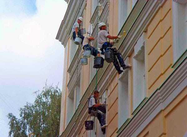 Нанесение краски на фасад здания