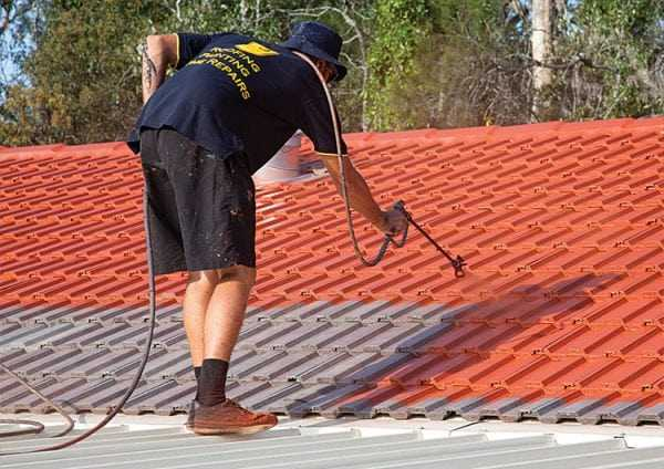 Нанесение краски на крышу