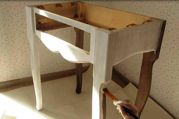 Покраска лакированного столика кистью