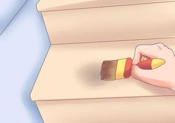 Нанесение краски на лестницу