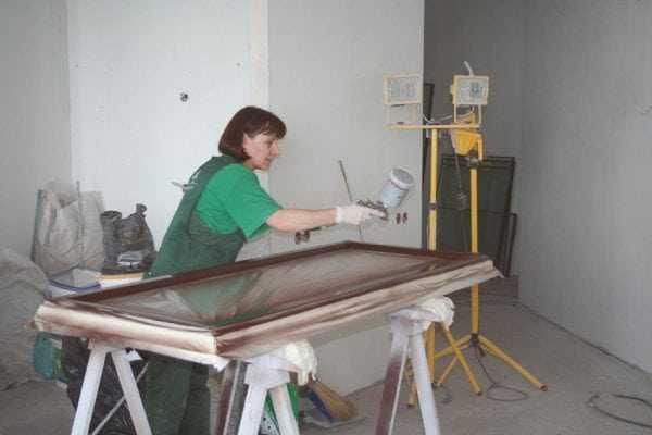 Покраска пластиковых окон краскопультом