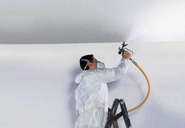 Натяжной потолок лучше красить пульверизатором