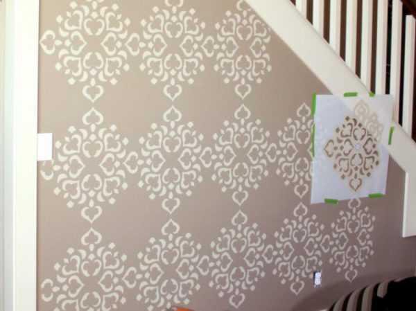 Покраска стен с помощью трафарета