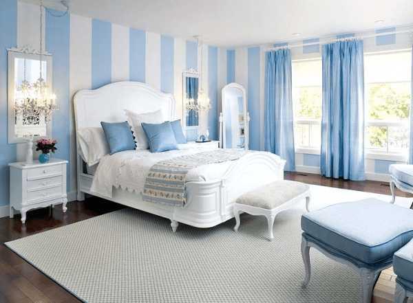 В спальне стены покрашены как имитация панелей