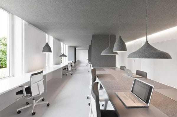 В кабинете стены выкрашены в серый цвет