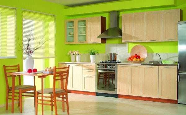 Кухня выкрашена в яркий цвет