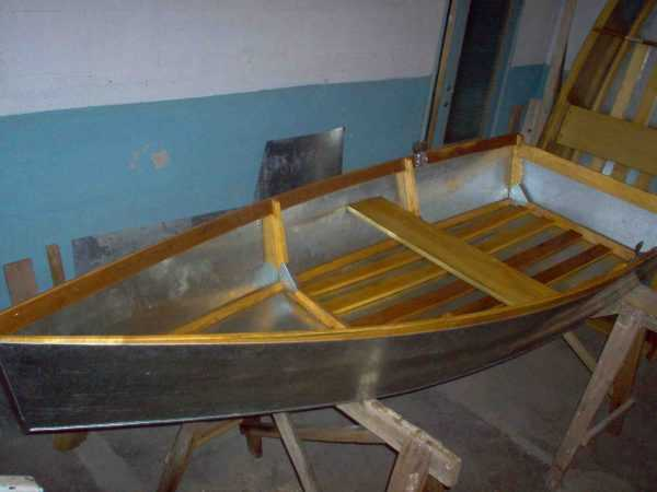 Покраска внутренних деталей лодки