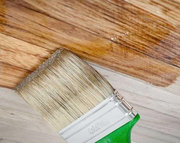 Лакирование потолка кисточкой