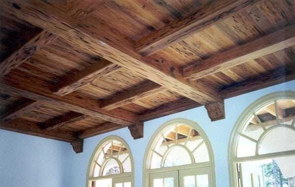 Лакированный балочный потолок