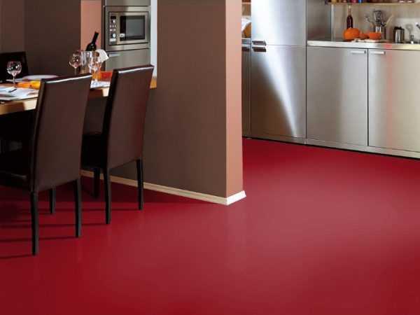 Пол винного цвета в кухне-гостиной