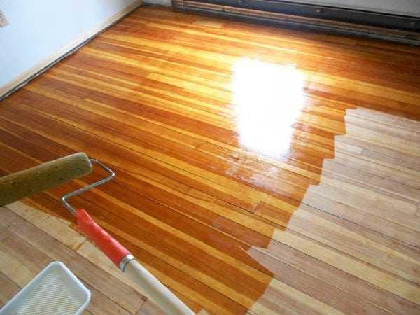 Обработка лаком деревянного пола