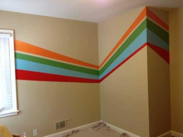 Оформление стены разноцветными полосами