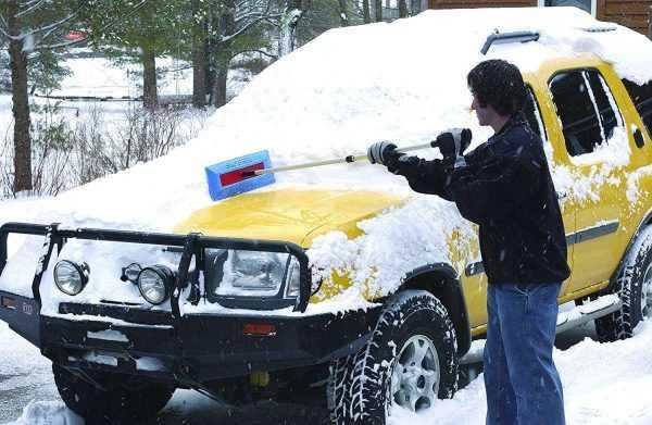 Повреждение краски автомобиля при чистке льда и снега