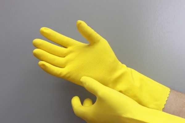 При работе с клеем рекомендуется использовать перчатки