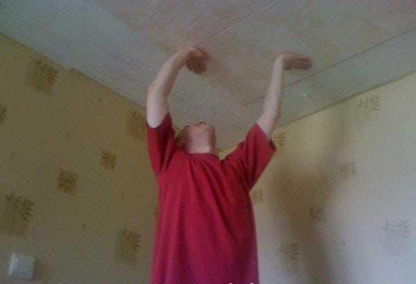 Клей для потолочной плитки должен быстро схватываться и надежно удерживать плиту